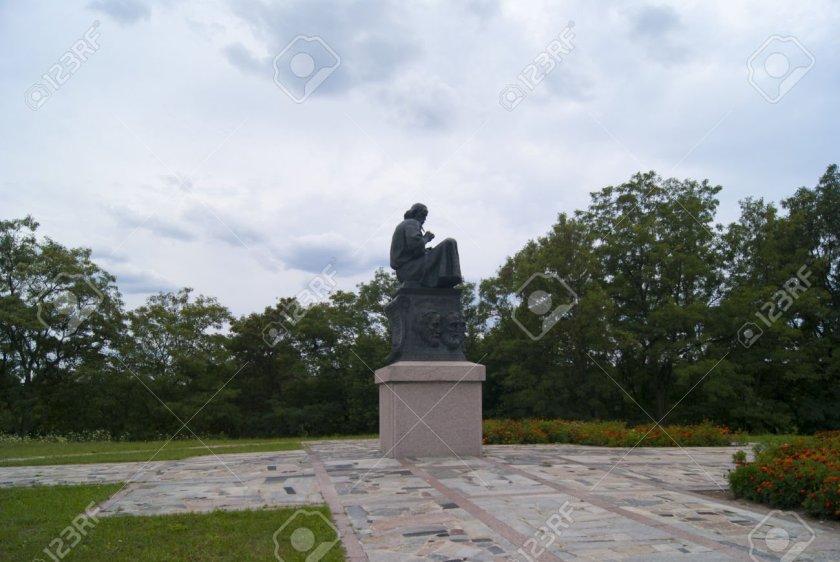 Monumento que muestra a Nestor y a los reyes que se reunieron durante el congreso